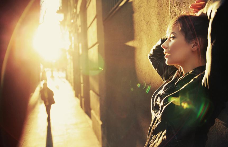 femme portant un cuir noir demi saison
