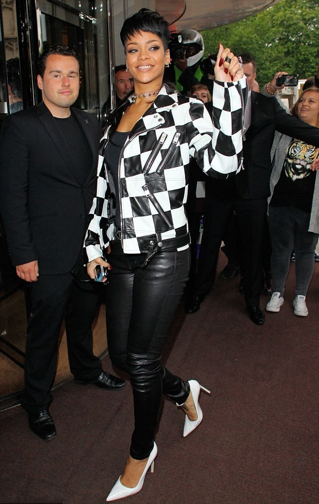 Rihanna en blouson et pantalon leather